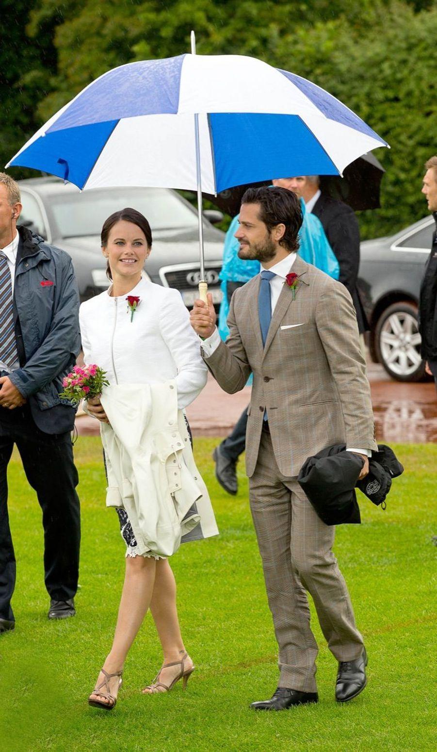 Sofia à l'anniversaire la princesse héritière Victoria de Suède, en juillet 2014, premier rendez-vous officiel au bras de son prince Carl Philip