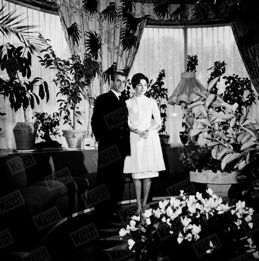 Le Shah d'Iran et sa fiancée Farah Diba donnent rendez-vous à Paris Match, début décembre 1959 àTéhéran.