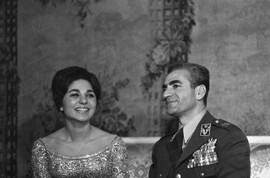 L'annonce officielle des fiançailles du Shah Mohammad Reza Pahlavi avec Farah Diba, à Téhéran, le 25 Novembre 1959.