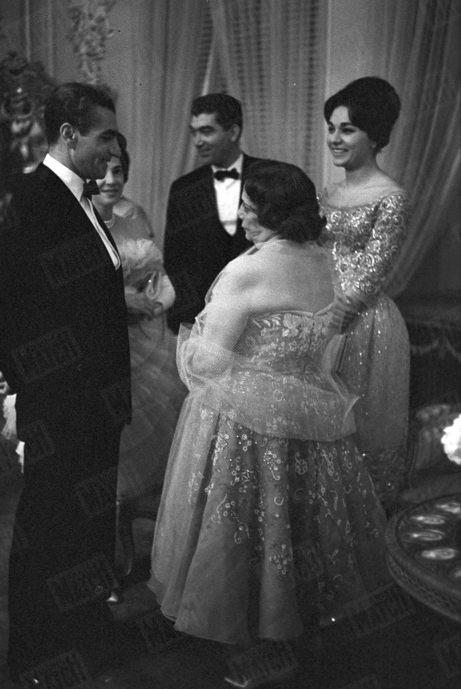 Le cocktail pour les fiançailles du Shah Mohammad Reza Pahlavi avec Farah Diba, à Téhéran, le 25 Novembre 1959. Le couple en compagnie dela reine mère Tadj ol-Molouk Ayromlou.