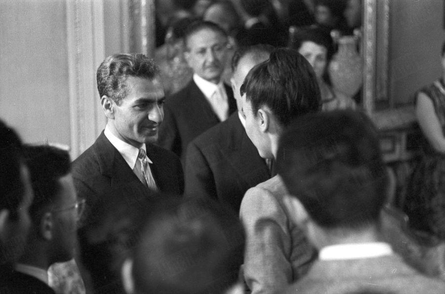 Le Shah d'Iran rencontre pour la première fois Farah Diba, étudiante iranienne en architecture à Paris, lors de sa visite officielle en France, le 29 mai 1959.