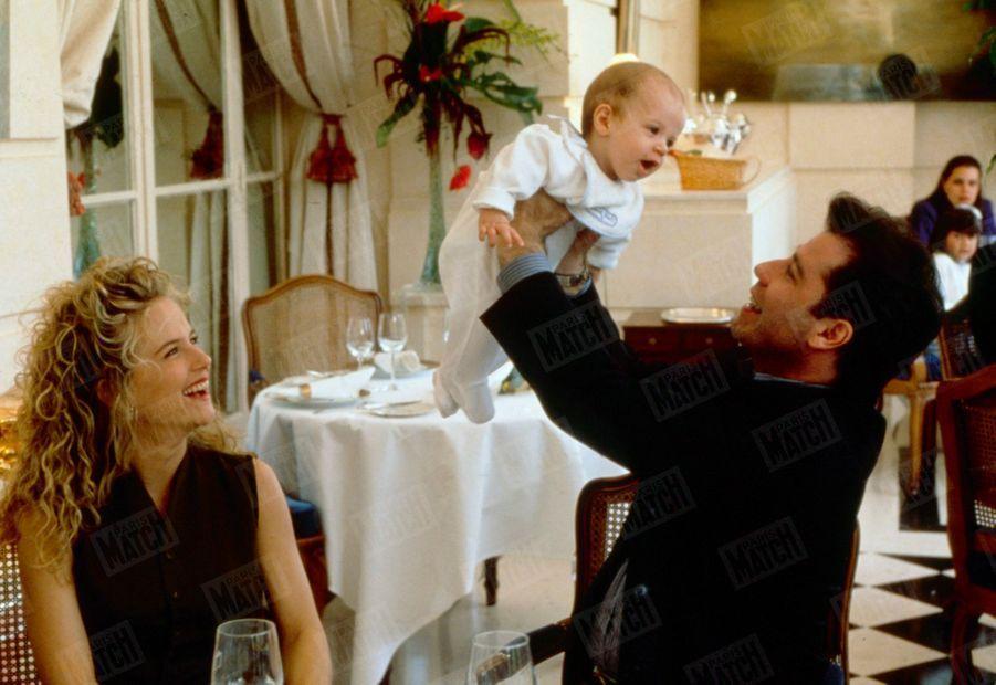 Kelly Preston et John Travolta posent pour Match avec leur fils Jett, au restaurant du Trianon à Versailles, en septembre 1992.