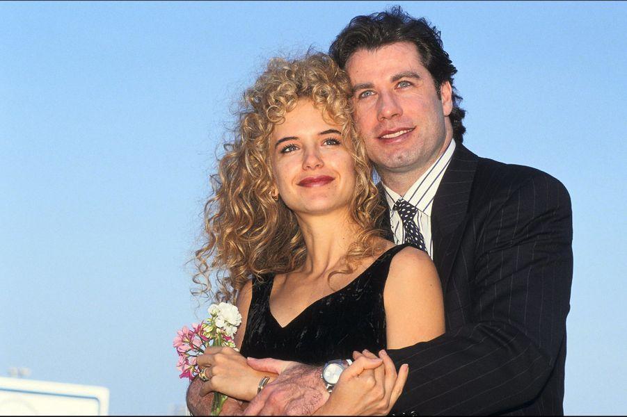 Kelly Preston et John Travolta prennent la pose pour annoncer officiellement leur mariage, à Deauville, en septembre 1991.