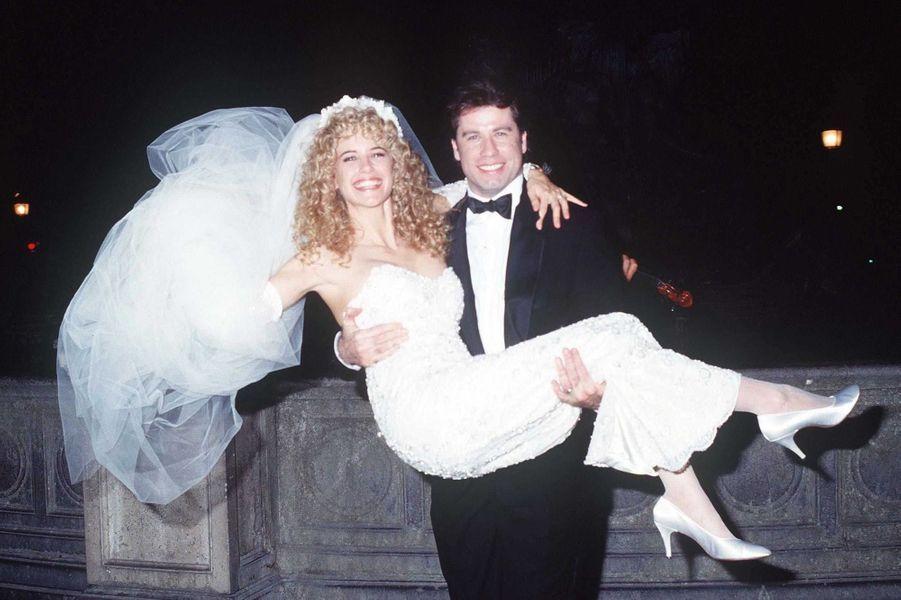 Kelly Preston et John Travolta sur la balcon de l'Hôtel Crillon, place de la Concorde à Paris, lors de leur mariage secret, le 5 septembre 1991.