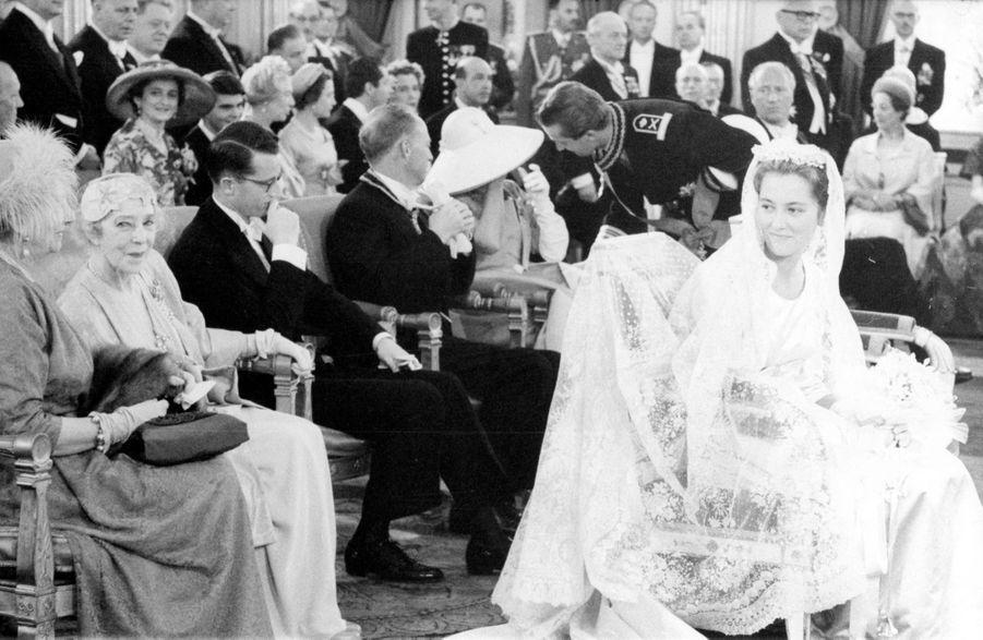 « Pour les noces de l'enfant qu'elle vit grandir, Liliane, reine sans couronne, avait choisi l'ombre d'un grand chapeau. Le baiser qu'Albert lui donna dit couler une larme de son sourire. » - Paris Match n°535, samedi 11 juillet 1959.