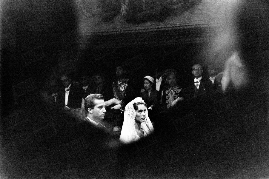 « Ils ont échangé l'anneau d'or. Ils le sentent à leur doigt, le touchent en secret. Elle est sa femme, il est son mari. Ils découvrent le poids délicieux du bonheur. Graves et presque tristes comme sont ceux qui s'aiment. Seuls au monde devant Dieu. » - Paris Match n°535, samedi 11 juillet 1959.
