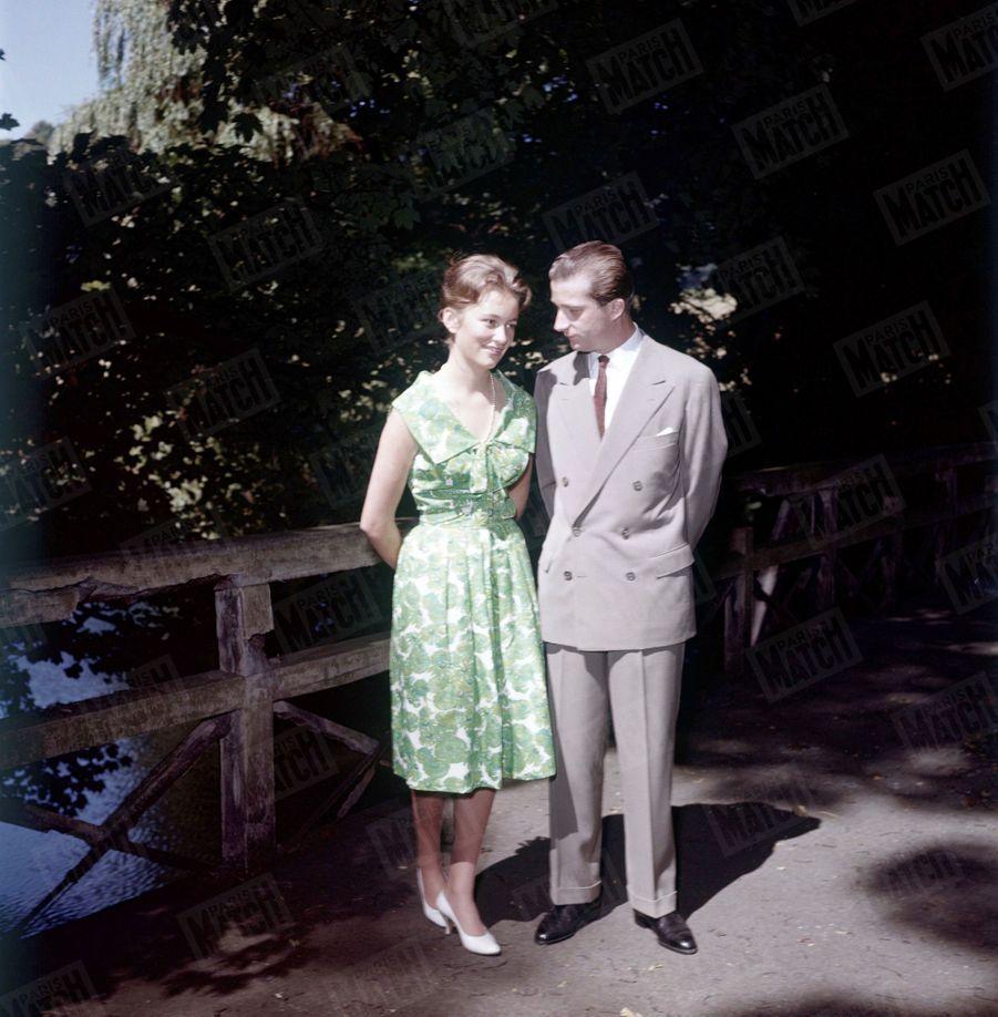 « Pendant qu'elle se promène avec Albert dans le parc de Laeken, Paola aperçoit nos reporters devant la grille. Elle les reconnaît pour les avoir déjà vus à Rome. Alors, se penchant à l'oreille de son fiancé, elle lui demande une faveur : faire ouvrir les grilles un instant pour eux. Et c'est ainsi que notre photographe a pu prendre ces images de la promenade des amoureux. » - Paris Match n°534, samedi 4 juillet 1959.