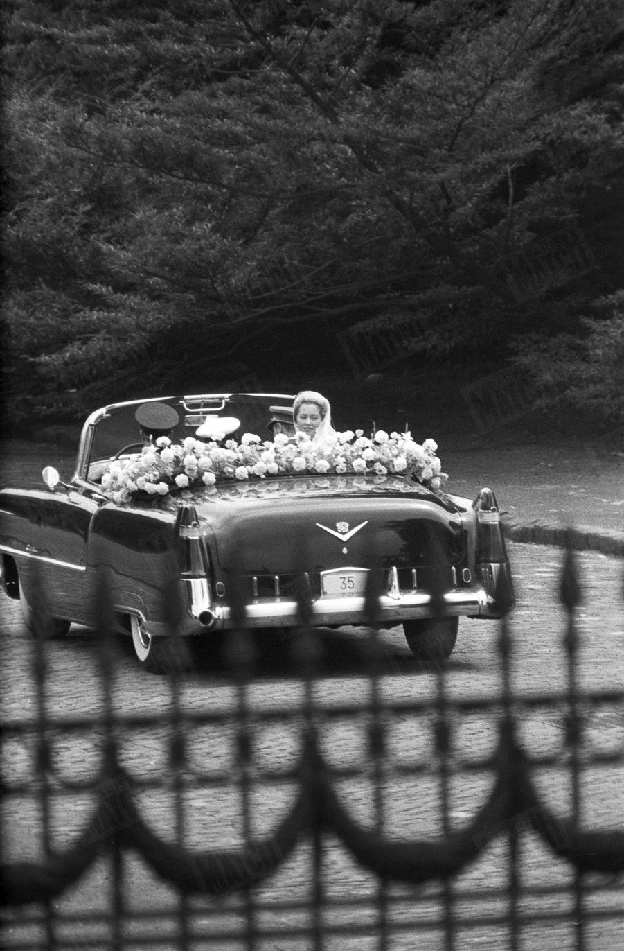 « 'Vive la mariée !' En passant les grilles du palais de Laeken, Paola a lancé un sourire comme on lance un fleur. Mademoiselle de Calabre est devenue Madame de Liège. » - Paris Match n°535, samedi 11 juillet 1959.