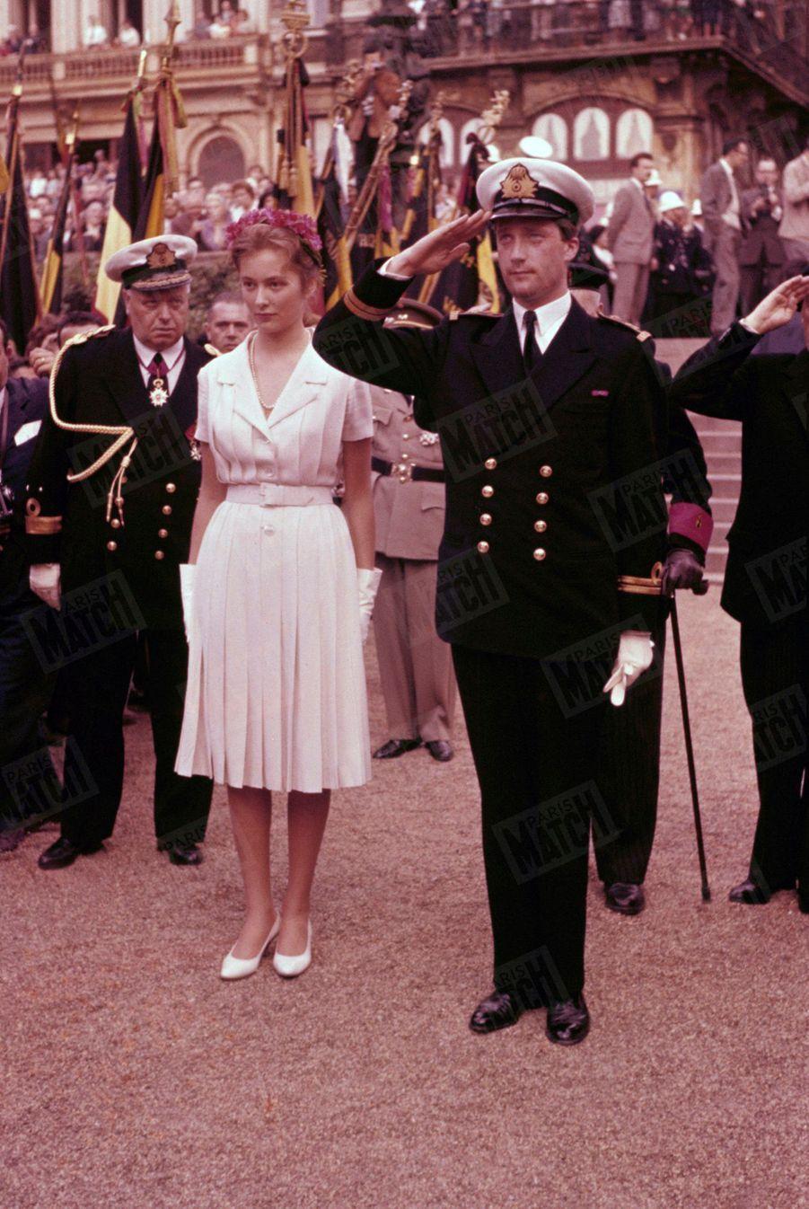Le Prince Albert et sa fiancée Paola lors de leur «joyeuse entrée» à Bruxelles, le 7 juin 1959.