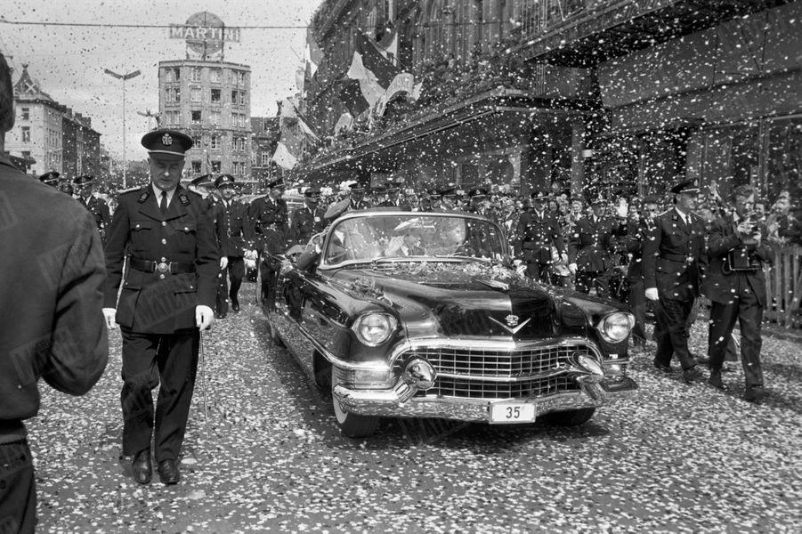 Le Prince Albert et sa fiancée Paola lors de leur «joyeuse entrée» à Liège, le 11 juin 1959.