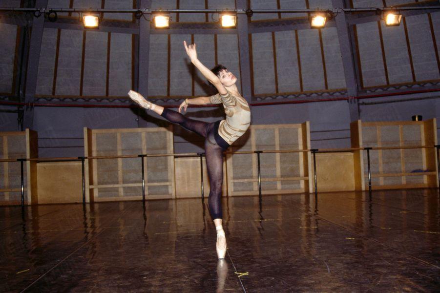 """« Marie-Claude Pietragalla danse """"Carmen"""", sur une chorégraphie de Roland Petit. » - Paris Match n°2176, 7 février 1991"""