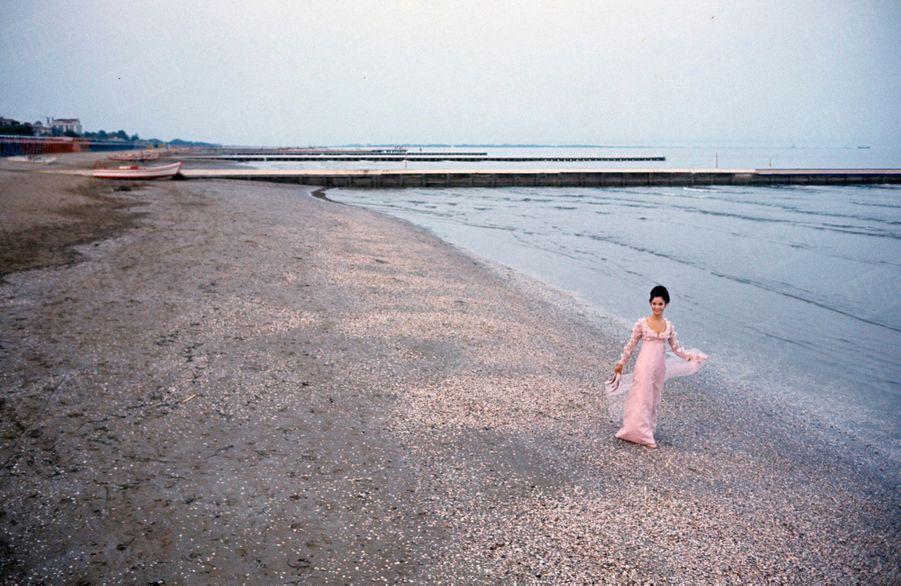 Marie-José Nat sur la plage du Lido à Venise, à l'occasion de la Mostra, en septembre 1966.