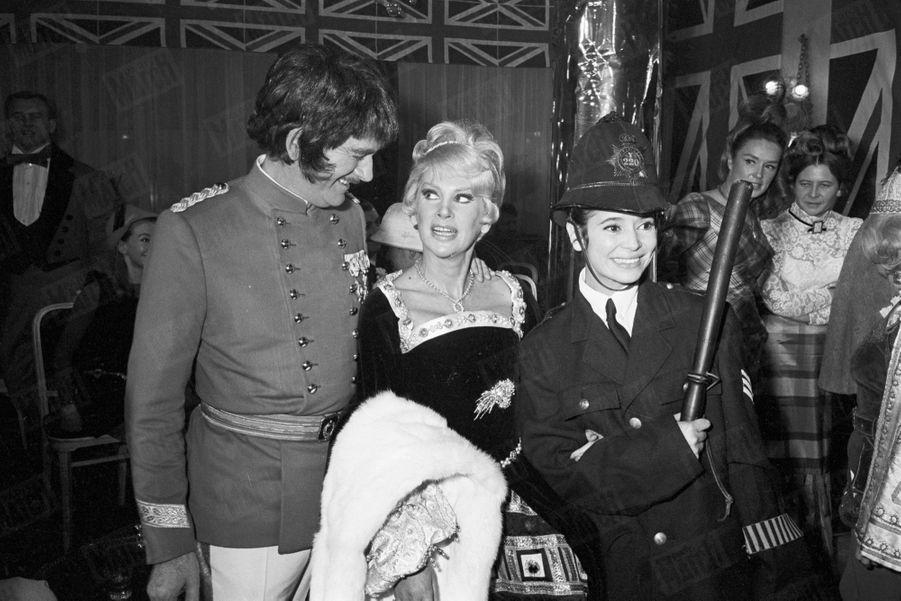 Marie-José Nat avec Eddie Barclay et Martine Carol, lors d'une soirée donnée par le producteur à Saint-Germain-des-Prés, en Décembre 1966.