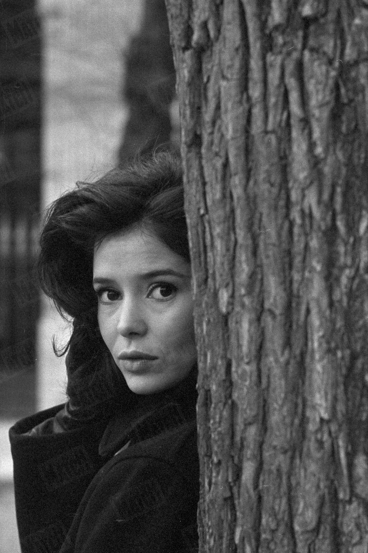 Marie-José Nat, dans le jardin du Palais-Royal, en décembre 1962.
