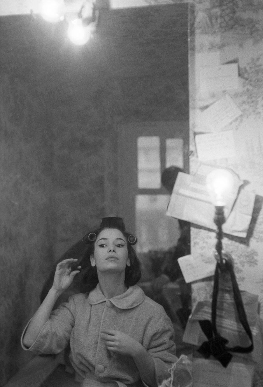 Marie-José Nat, dans sa loge du Théâtre du Palais-Royal, où elle jouait« Un dimanche à New York »,en décembre 1962.