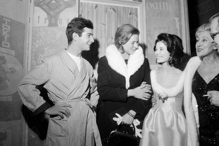Marie-José Nat et Jean-Claude Brialy, partenaires de « Un dimanche à New York », au Théâtre du Palais-Royal. Ici avec Ingrid Bergman après la représentation du 7 décembre 1959.