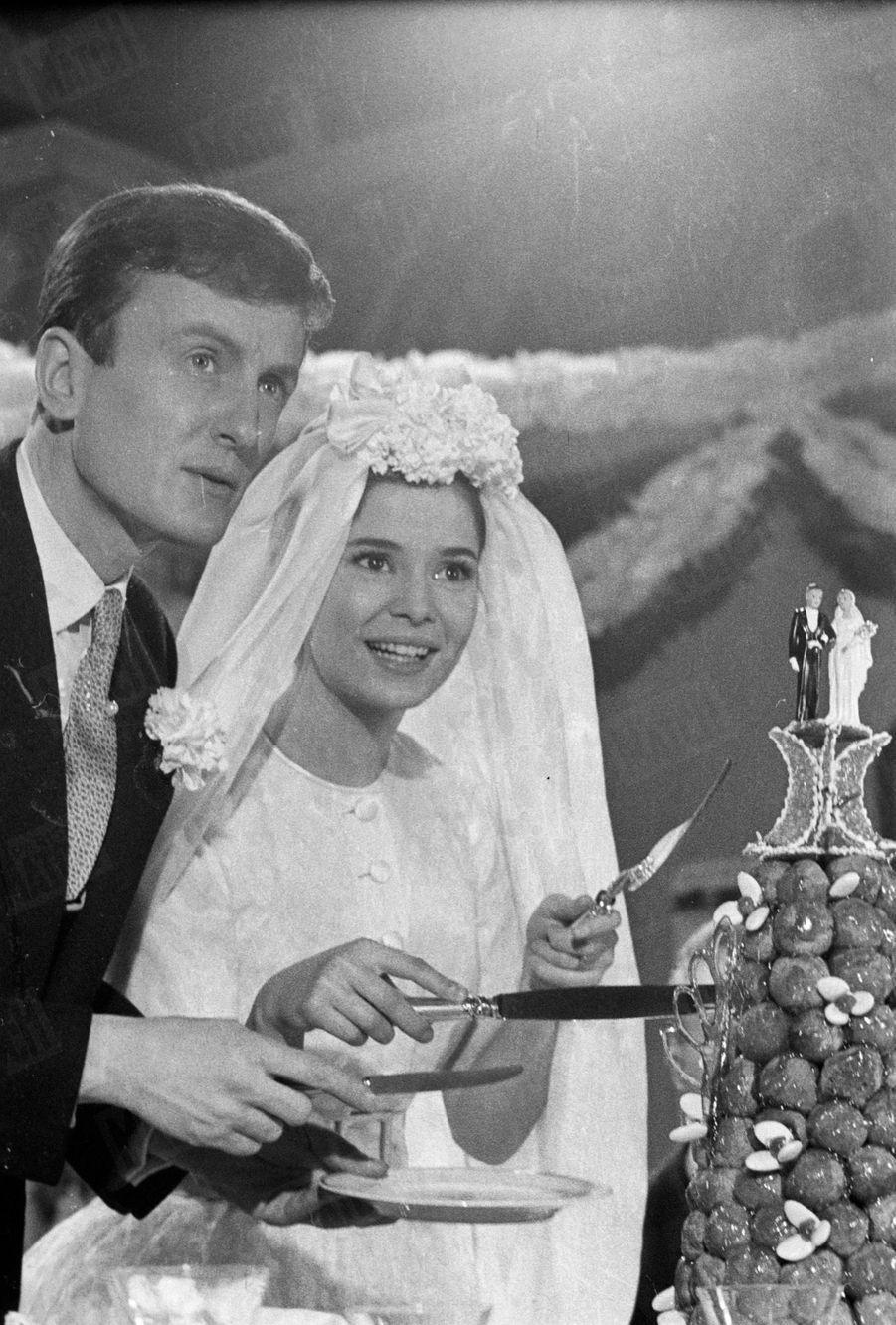Marie-José Nat sur le tournage du sketch réalisé par René Clair pour le film «La Française et l'Amour», avec Claude Rich en avril 1960.