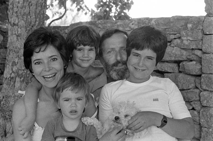 « Marie-José Nat, bonheur à cinq : Le réalisateur Michel Drach a de la chance. La femme qu'il aime est aussi sa comédienne préférée. Marie-José Nat est l'héroïne de ce nouveau film conjugal « Le passé simple », le sixième déjà. Ils passent l'été à Gordes (Vaucluse) avec leurs fils David 12 ans, Julien 4 ans et Aurélien, 2 ans, dans la maison qu'ils ont construite (presque) tout seuls. » - Paris Match n°1473, 19 août 1977.