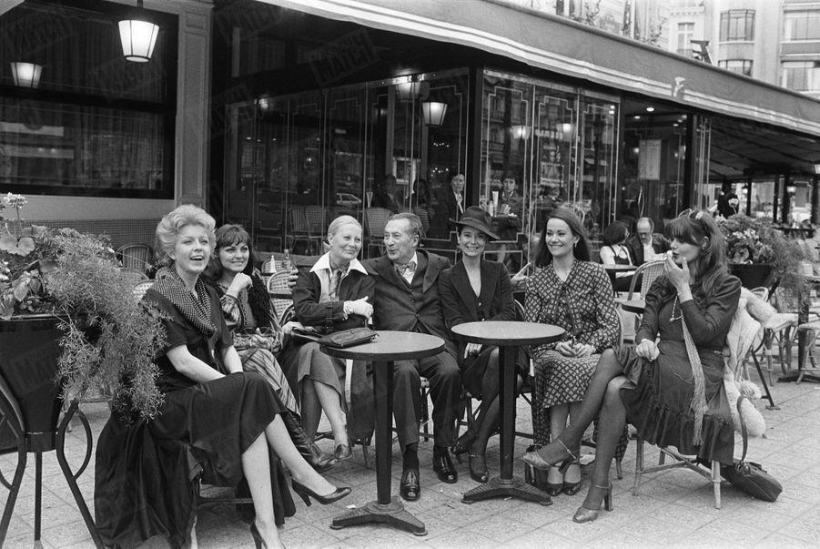 Marie-José Nat, avec les actrices Marie Dubois, Michèle Morgan, Claudine Auger et Maurice Bessy, délégué général du Festival de Cannes, en terrasse du Fouquet's à Paris, en avril 1977.