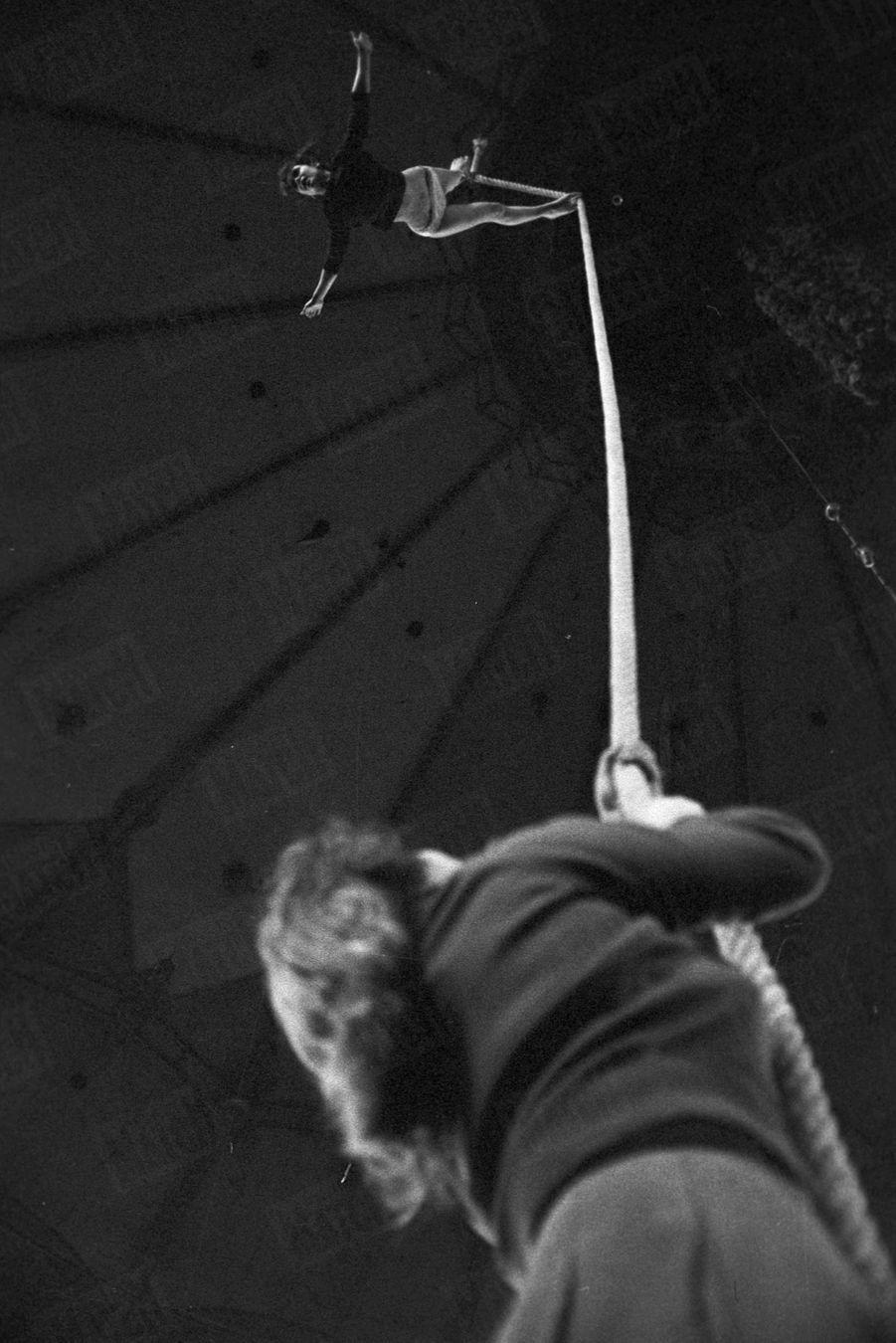 Marie-José Nat, répétant son numéro de corde pour le gala de l'Union des artistes, en mars 1959, au Cirque d'Hiver. Sa première apparition dans Paris Match.