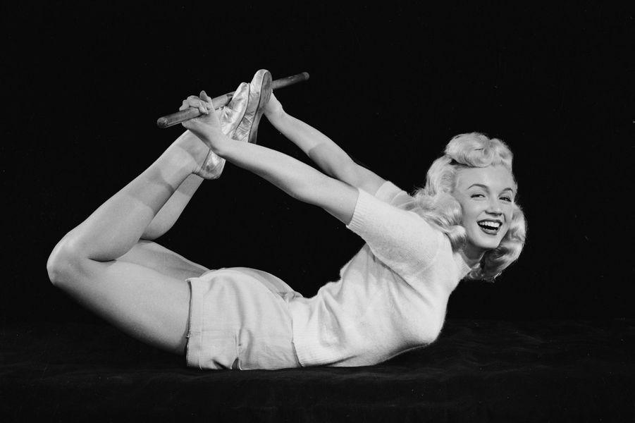 1948, Marilyn Monroe s'exerce au yoga