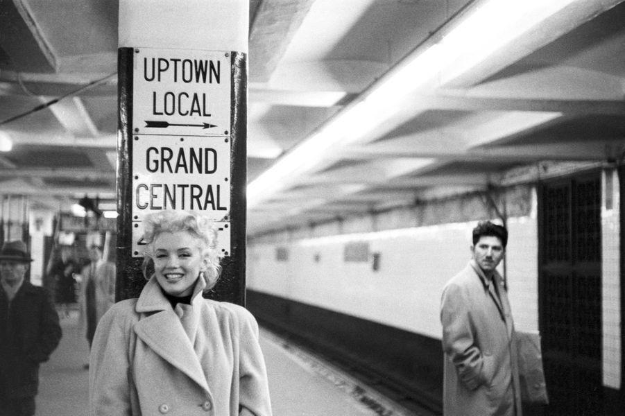 Dans le métro, à la station de la Gare centrale de New york, le 24 mars 1955