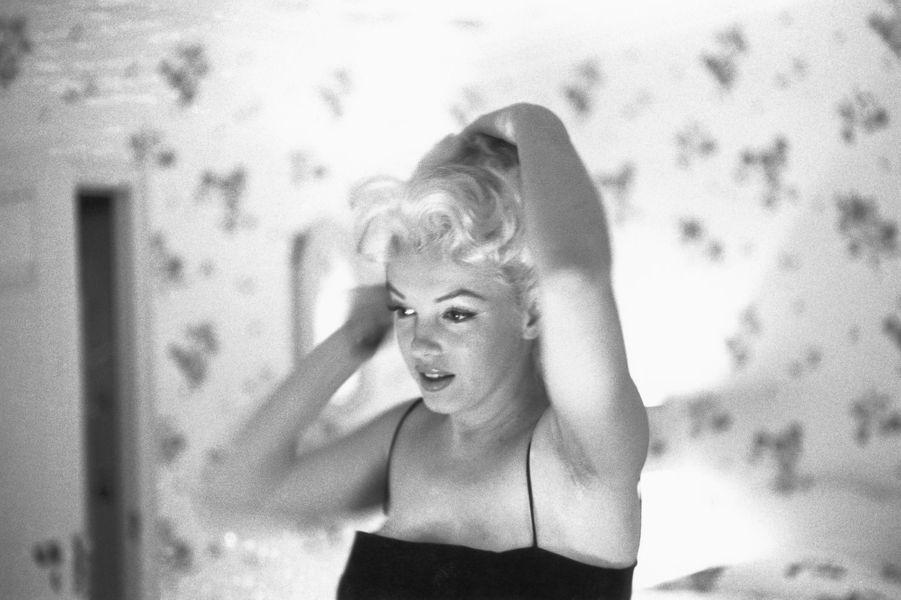 """Marilyn Monroe s'apprête à assister à une représentation de """"la chatte sur un toit brûlant"""" à New York le 24 mars 1955"""