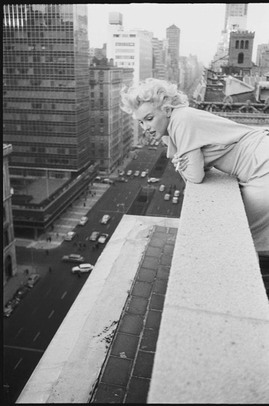 """Sur un balcon de l'hôtel """"Les ambassadeurs"""" à New York en mars 1955"""