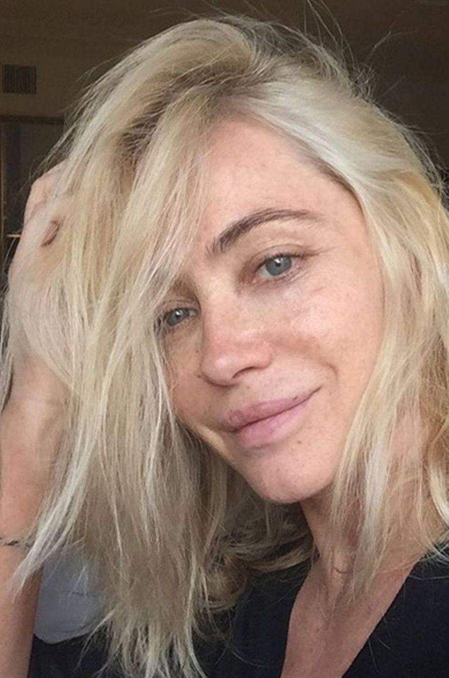 Emmanuelle Béart aime prendre des selfies au naturel