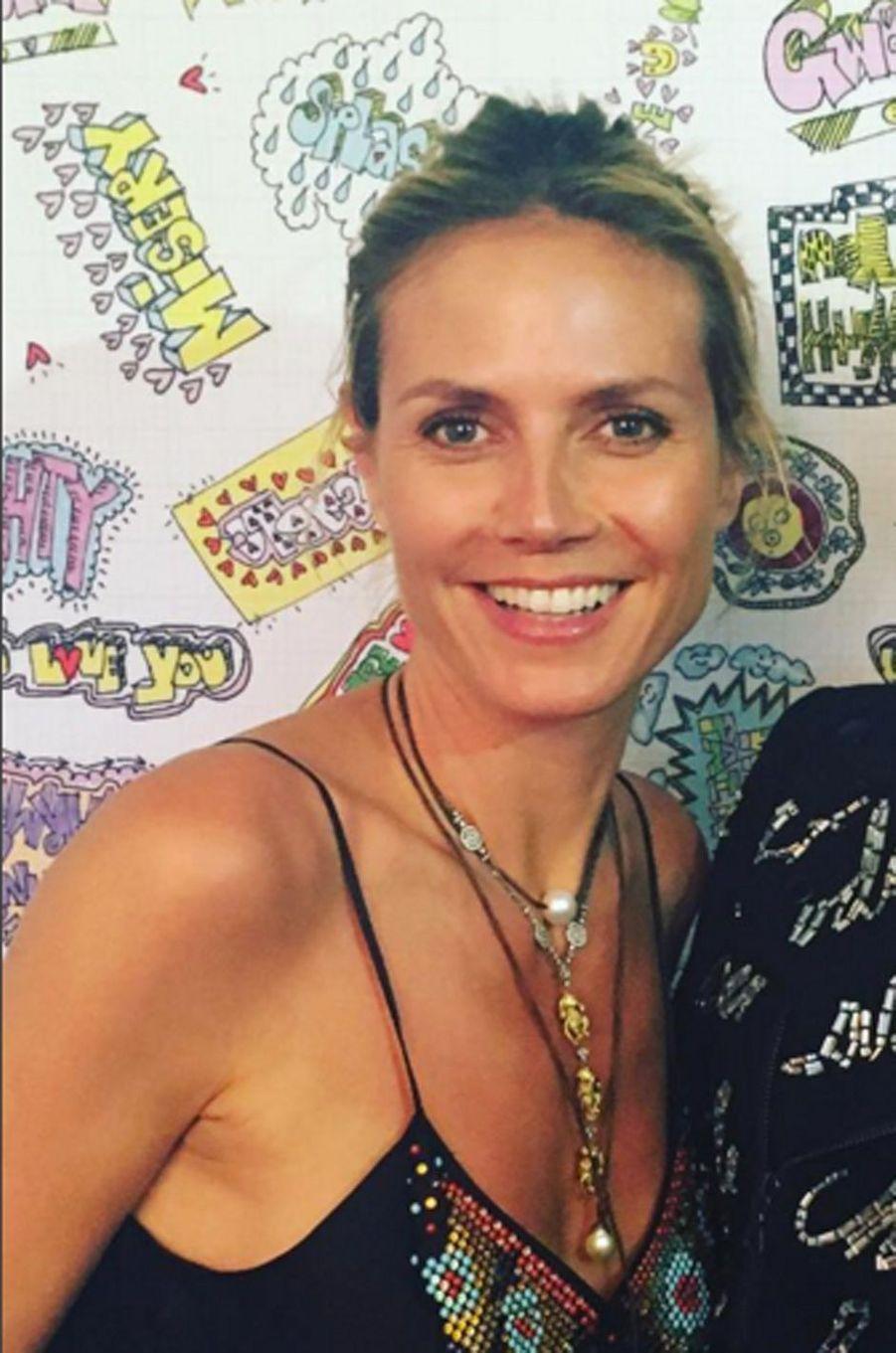 Heidi Klum prend la pose sur le tapis rouge