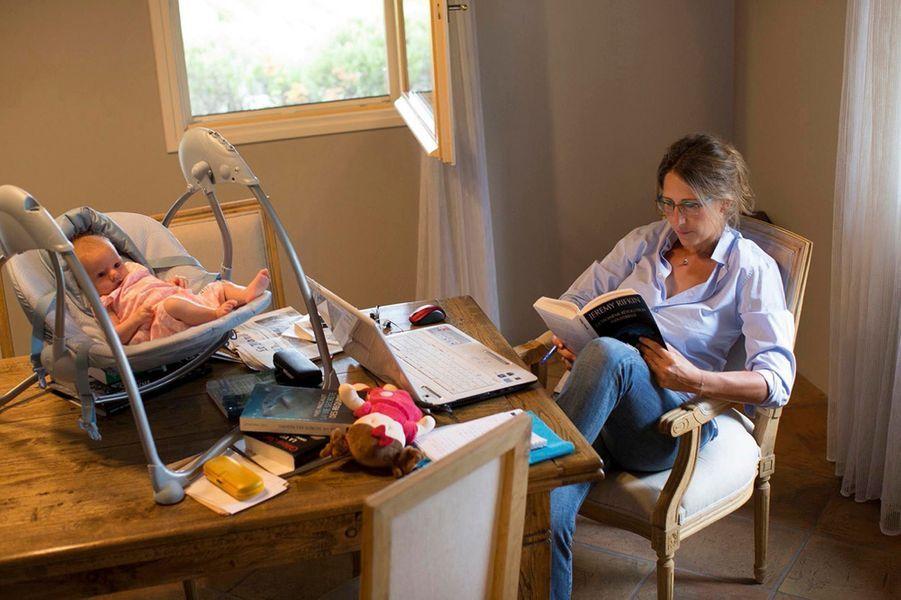 Maud met la dernière main à son livre, pendant que Hina se repose dans son transat.