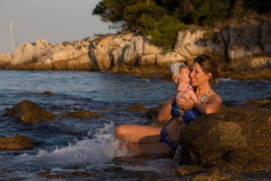 Trois mois et déjà le pied marin. Hina est venue au monde sur une île, Tahiti, et Maud Fontenoy n'a pas résisté au plaisir de l'emmener sur son bateau. La naissance de sa fille est peut-être la plus belle victoire de la navigatrice : après les épreuves – un cancer du col de l'utérus, en 2006, et la maladie de son fils, Mahé –, elle construit la grande famille dont elle a toujours rêvé. Le 24 octobre, elle publiera aux éditions Plon un livre au titre provocateur, « Ras-le-bol des écolos », et, au sein de la fondation qui porte son nom, elle multiplie les initiatives pour sensibiliser les plus jeunes à l'environnement. Ainsi, l'invitation de 400 enfants privés de vacances sur l'île Sainte-Marguerite, face à Cannes, juste avant la rentrée. Hina et Mahé étaient évidemment du voyage.Ci-dessus: Maud et Hina, le 23 août, sur l'île Sainte-Marguerite, en marge du week-end organisé par sa fondation et le Secours populaire, avec le soutien logistique des Scouts et Guides de France. Stylisme : chemises Dior, robe Baby Dior, tee-shirt et pantalon Ekyog. Remerciements au Majestic Barrière.