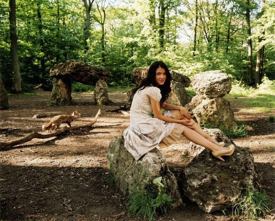 « Solitaire au cœur de la forêt, Mélanie rêve de rencontrer la fée Mélusine. Mais ce n'est pas pour lui demander de trouver le prince charmant. La jeune actrice l'a découvert il y a déjà trois ans, en la personne de son fiancé, le comédien Gilles Lellouche. » - Paris Match n°2925, 9 juin 2005