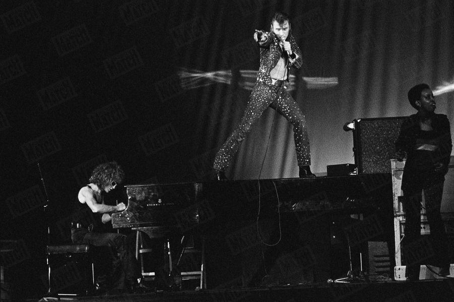 Michel Polnareff avec Johnny Hallyday à Paris, en octobre 1971.