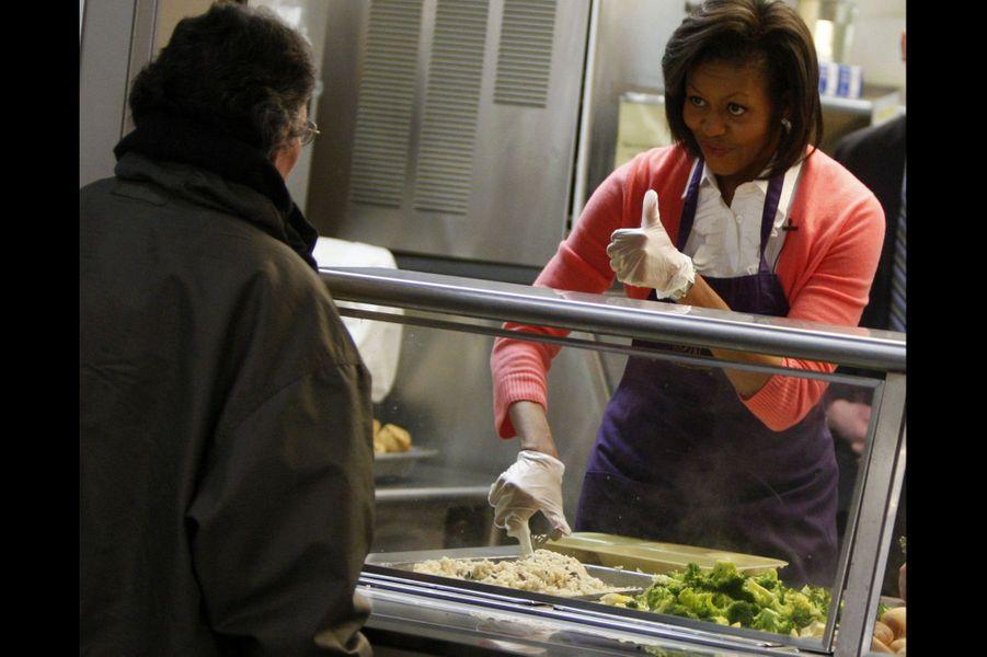 Mars 2009 : Michelle Obama distribue de la nourriture dans un foyer de Washington