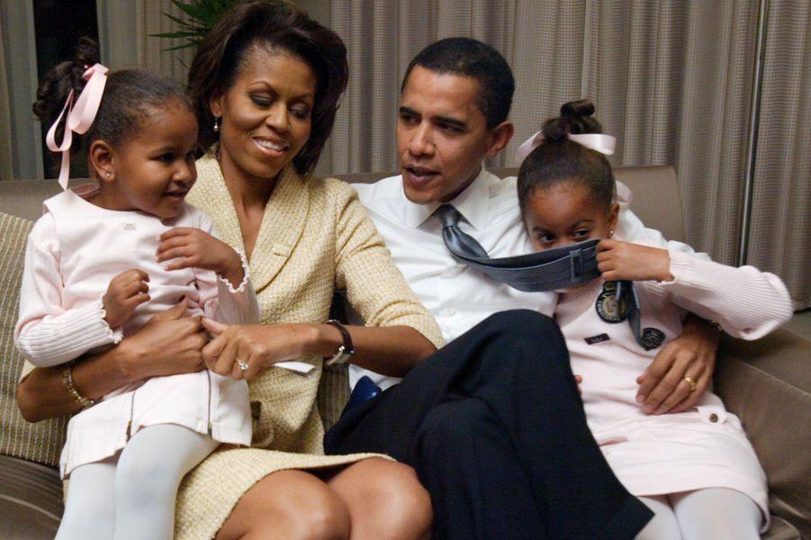 Novembre 2004 : candidature au Sénat pour Barack Obama. Ils posent avec Malia et Sasha, alors âgées de 3 et 6 ans