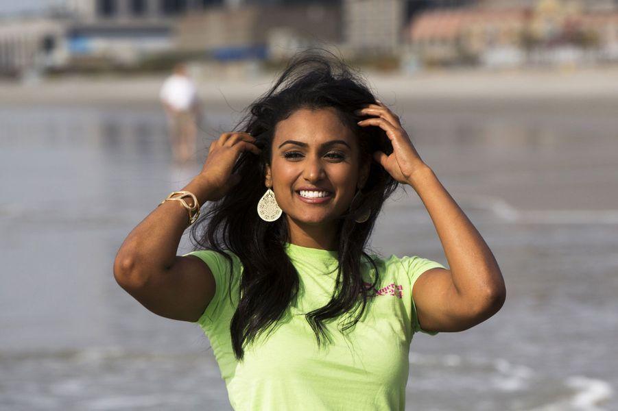 Nina Davuluri, Miss New York, a été sacrée dimanche soir Miss America 2014, à Atlantic City. Elle devient la première femme d'origine indienne à être couronnée. Quelques minutes seulement après son sacre, la reine de beauté de 24 ans a été victime d'attaques racistes virulentes sur les réseaux sociaux. Malgré cette déferlante, Nina, qui rêve de devenir médecin comme son père, a décidé de passer au-dessus de tout ça et de profiter de son année de règne.