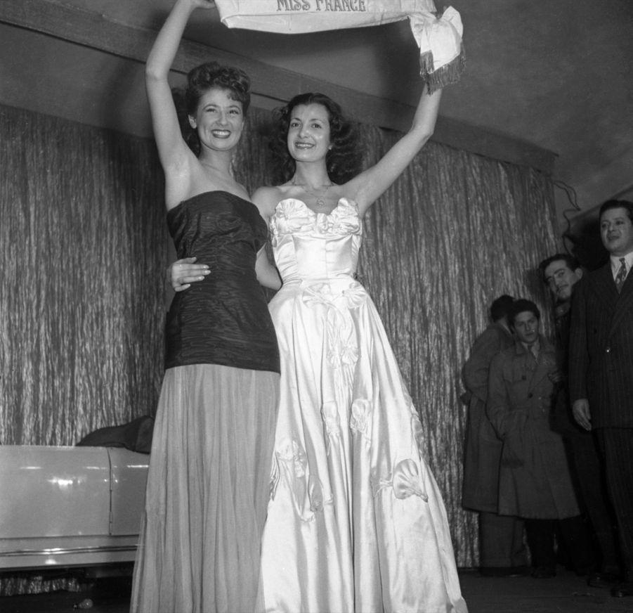 """Juliette Figueras, Miss France 1949 (en robe blanche), en compagnie de sa première dauphine Colette Deréa, le soir de son élection, le 21 décembre 1948, au cabaret """"Le Tyrol"""", à Paris.ITALY - SEPTEMBER 17: Juliette Figueras, Miss France, Elected Miss Europa, On September 17Th 1949, Italy, Palermo (Photo by Keystone-France/Gamma-Keystone via Getty Images)"""