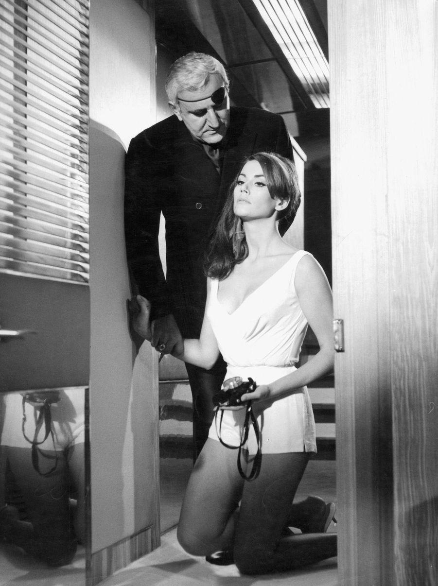 """Claudine Auger et Adolfo Celi, alias Domino et Emilio Largo dans """"Opération Tonnerre"""" (""""Thunderball""""), quatrième film de la saga James Bond, réalisé par Terence Young en 1965."""