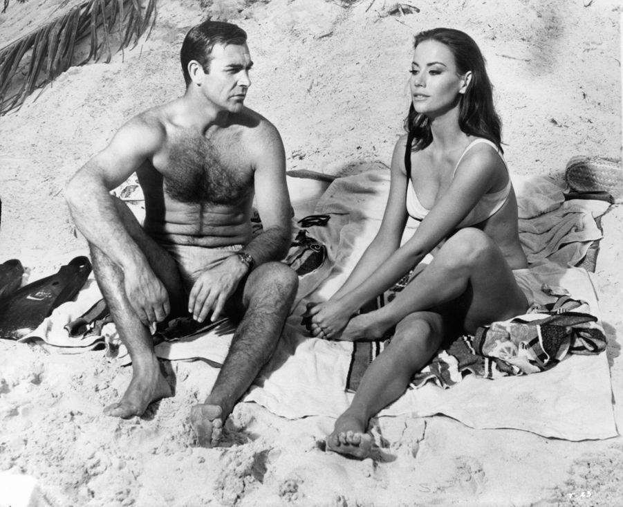 """Claudine Auger et Sean Connery dans le quatrième film de la saga James Bond, """"Opération Tonnerre"""" (""""Thunderball""""), réalisé par Terence Young en 1965."""