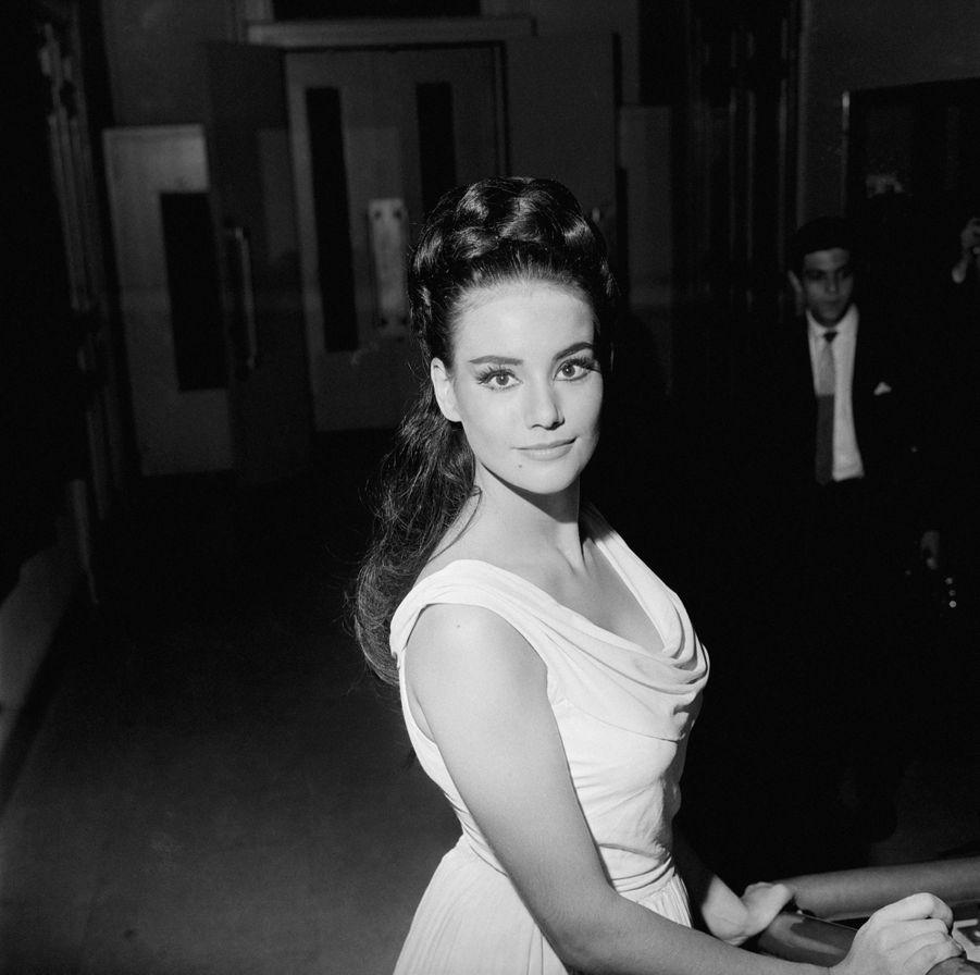 Claudine Auger au Conservatoire d'Art Dramatique de Paris en juillet 1963, où l'on vient de lui décerner un premier accessit de tragédie pour son interprétation d'Eriphile.
