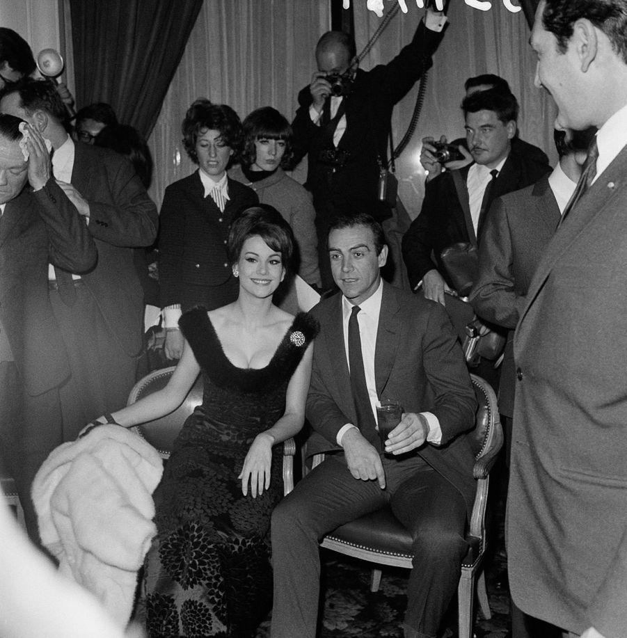 """Claudine Auger et Sean Connery lors de la promotion du film""""Opération Tonnerre"""" (""""Thunderball""""),quatrième épisode de la saga James Bond,en février 1965."""