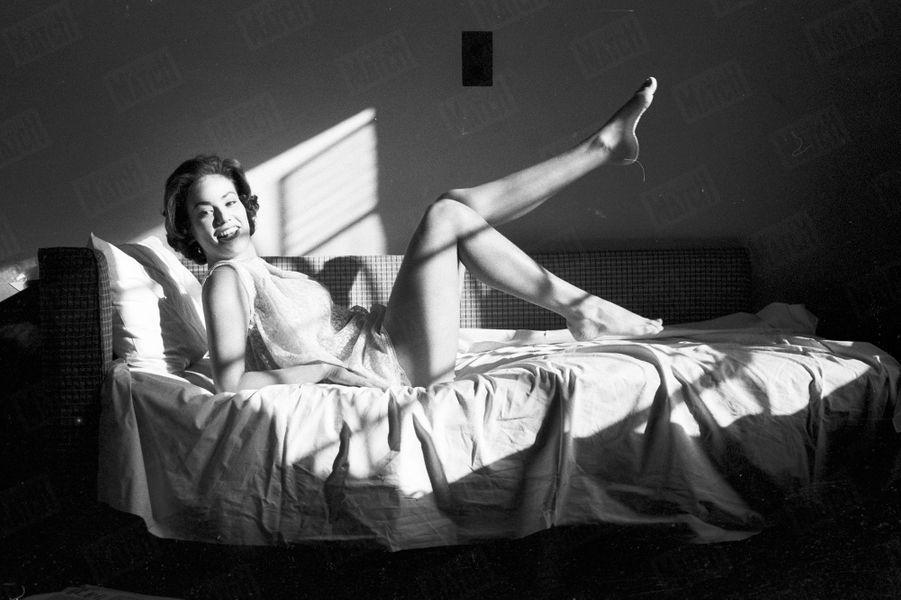 Claudine Auger pose pour Match à Londres, à l'occasion du concours Miss Monde 1958, où elle a été désignée 1ère Dauphine.