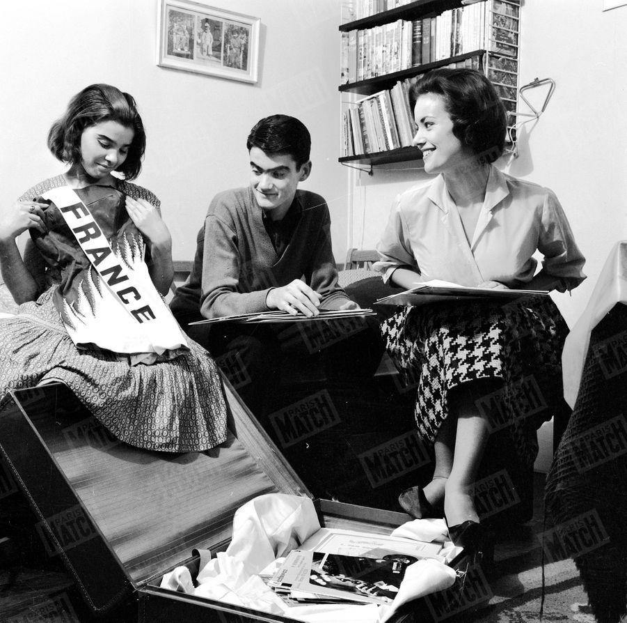 Claudine Auger pose en famille pour Match le 16 octobre 1958, à son retour chez elle à Paris, au lendemain du concours Miss Monde 1958, où elle a été désignée 1ère Dauphine.