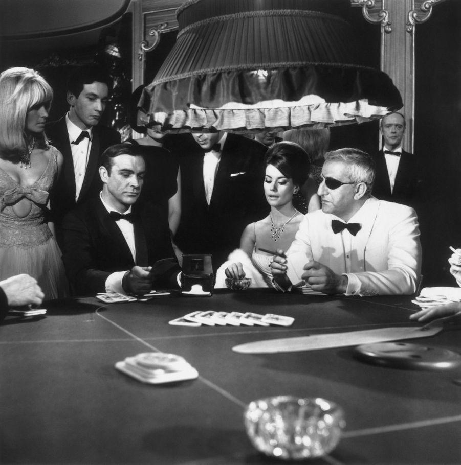 """Claudine Auger, entre Sean Connery et Adolfo Celi dans """"Opération Tonnerre"""" (""""Thunderball""""), quatrième film de la saga James Bond, réalisé par Terence Young en 1965."""