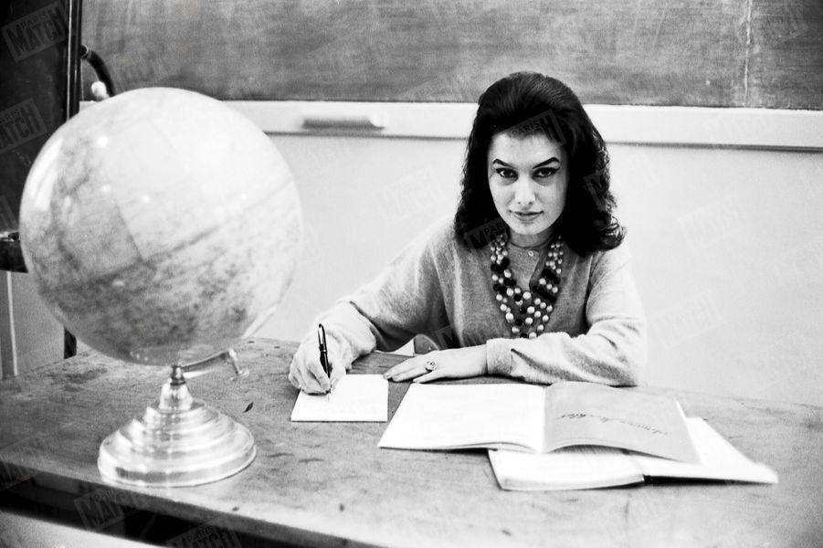 « Miss France dans sa classe de math : ses élèves la surnomment Cléopâtre. » - Paris Match n°718, daté du 12 janvier 1963.