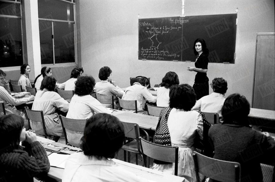 """« C'était le 4 janvier au matin, le premier cours après l'élection de Muguette. Elle a fait effacer sur le tableau noir l'inscription """"Vive notre Miss France"""" tracée par les élèves fières de son succès. » - Paris Match n°718, daté du 12 janvier 1963."""