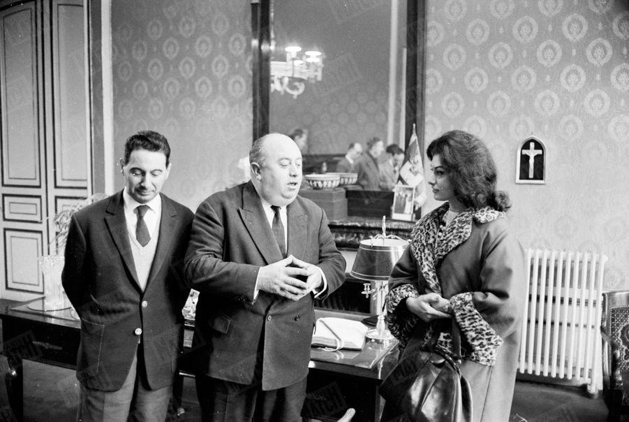 « Le maire M. Thebaut (célibataire) reçoit Muguette dans son bureau : c'est la détente. » - Paris Match n°719, daté du 19 janvier 1963.