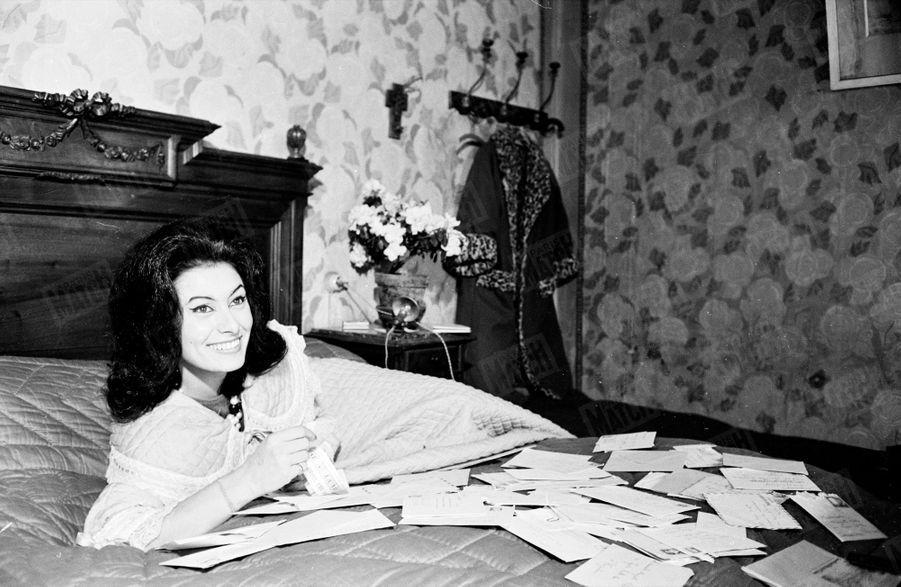 « Sur le lit de sa chambre meublée, elle ouvre son courrier : cent demandes en mariage en dix jours. » - Paris Match n°719, daté du 19 janvier 1963.