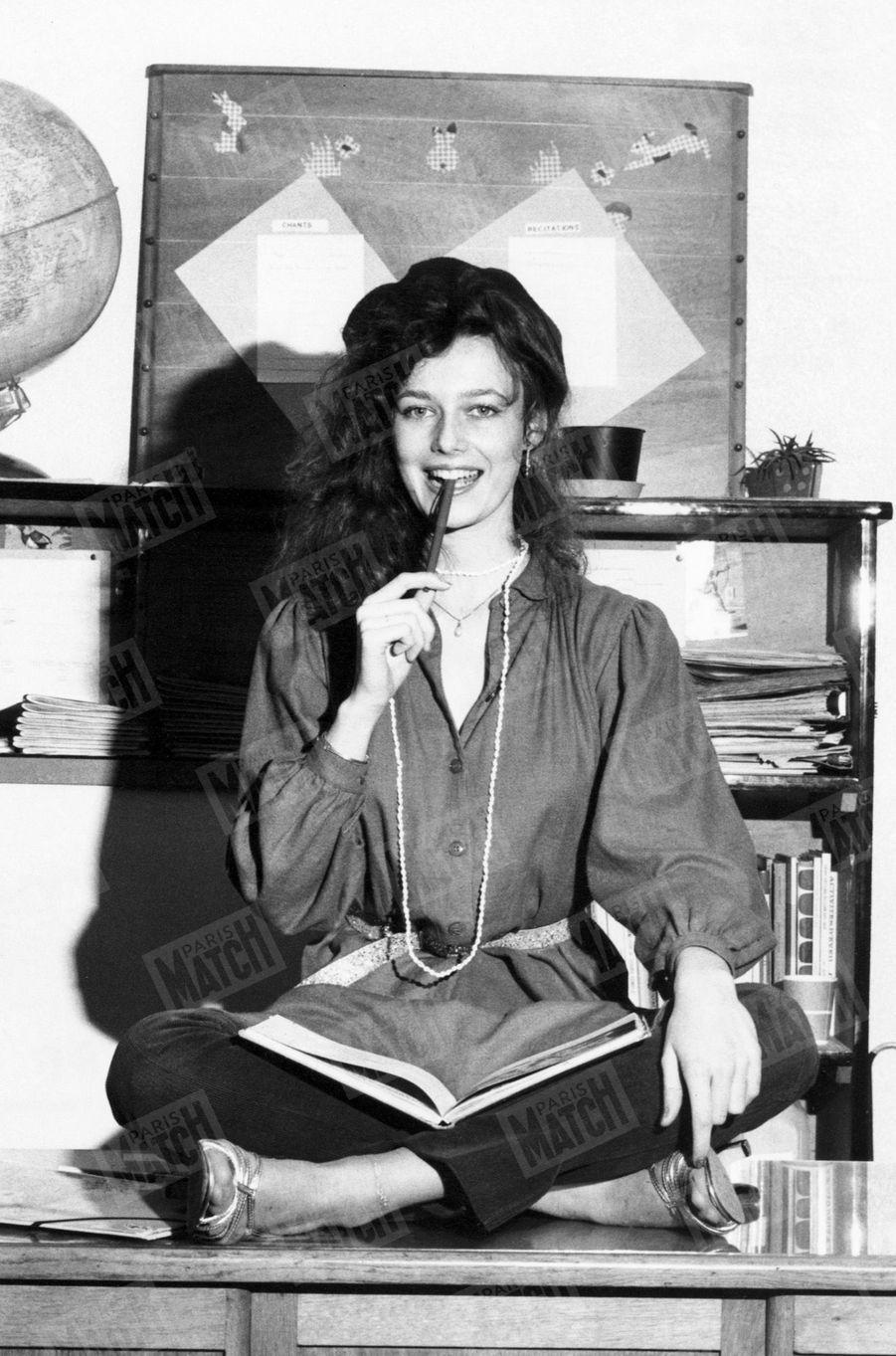 """""""Dans sa classe de seconde, juchée sur le bureau du professeur, Patricia la nouvelle Miss France, a reçu l'ovation de ses camarades."""" - Paris Match n°1599, 18 janvier 1980"""